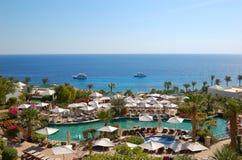 Piscina en la playa del hotel de lujo Imagen de archivo libre de regalías