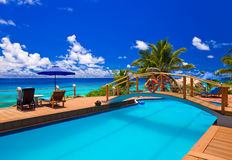 Piscina en la playa tropical imágenes de archivo libres de regalías