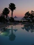 Piscina en la puesta del sol Foto de archivo libre de regalías