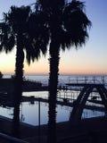 Piscina en la puesta del sol fotos de archivo libres de regalías