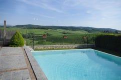 Piscina en las colinas italianas Imagen de archivo