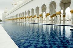 Piscina en mezquita magnífica Fotos de archivo