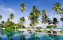 Piscina en un centro turístico tropical Imágenes de archivo libres de regalías
