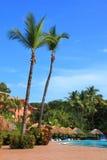 Piscina en un centro turístico tropical Foto de archivo