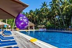 Piscina en un hotel tropical Imagen de archivo libre de regalías