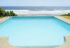 Piscina en una playa tropical Imagenes de archivo