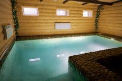 Piscina en una sauna de madera Fotografía de archivo