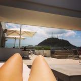 Piscina ensolarada do biquini do verão do telhado do banho de sol Fotos de Stock Royalty Free