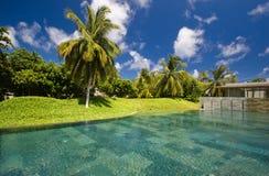 Piscina entre o jardim tropical Imagens de Stock Royalty Free