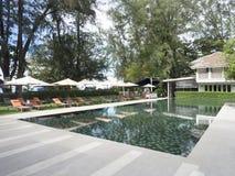 Piscina exterior luxuosa em um recurso do hotel fotos de stock royalty free