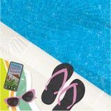Piscina Flip Flops Mobile Phone y gafas de sol Foto de archivo libre de regalías