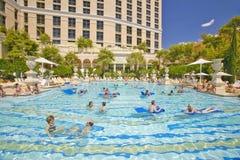 Piscina grande con los nadadores en el casino de Bellagio en Las Vegas, nanovoltio Fotografía de archivo libre de regalías