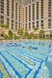 Piscina grande con los nadadores en el casino de Bellagio en Las Vegas, nanovoltio Imágenes de archivo libres de regalías