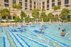 Piscina grande con los nadadores en el casino de Bellagio en Las Vegas, nanovoltio Imagen de archivo libre de regalías
