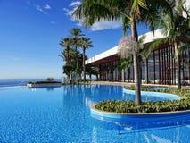 Piscina in hotel cinque stelle a Funchal sull'isola del Madera nell'Oceano Atlantico immagini stock libere da diritti
