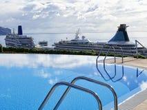 Piscina in hotel cinque stelle a Funchal sull'isola del Madera nell'Oceano Atlantico fotografia stock libera da diritti