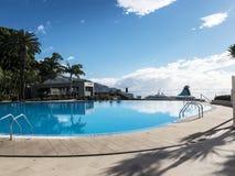 Piscina in hotel cinque stelle a Funchal sull'isola del Madera nell'Oceano Atlantico immagine stock