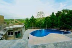 A piscina, jardim formal, hotel, hotel de luxo, construiu Structu imagem de stock