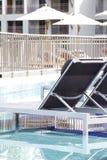 Piscina lateral de las sillas de playa imagen de archivo