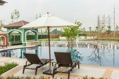 Piscina lateral de las sillas de playa en Tailandia Fotos de archivo libres de regalías