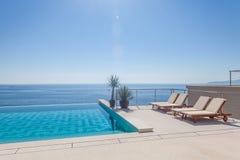 Piscina luxuosa e água azul Fotos de Stock Royalty Free