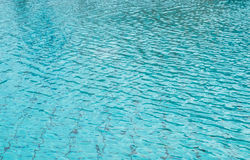 Piscina luxuosa grande no hotel com teste padrão de ondas Rippled na água fotografia de stock