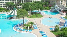 Piscina maravillosa tropical con el complejo del hotel vídeo Piscina en un hotel de lujo costoso en un día soleado imagenes de archivo