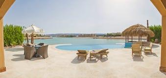 Piscina na casa de campo tropical luxuosa do feriado Imagens de Stock Royalty Free