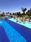 Piscina na estância turística luxuoso Imagens de Stock Royalty Free