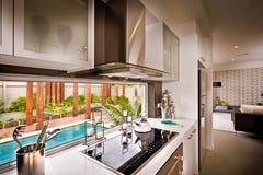 Piscina na frente da cozinha imagens de stock royalty free