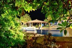 Piscina na iluminação da noite no hotel de luxo Fotos de Stock