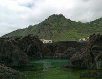 Piscina natural cercada por rochas em Porto Moniz imagens de stock royalty free