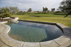 Piscina no campo de golfe fotos de stock