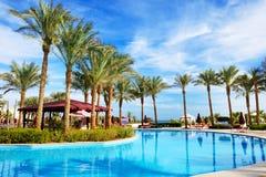 A piscina no hotel de luxo Fotografia de Stock Royalty Free
