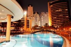 A piscina no hotel de luxo na iluminação da noite Fotos de Stock Royalty Free