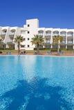 Piscina no hotel espanhol com palmeiras fotografia de stock