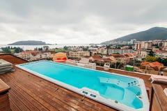 Piscina no telhado de uma casa Imagens de Stock Royalty Free