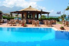 A piscina perto da barra e da bandeira grega Fotografia de Stock