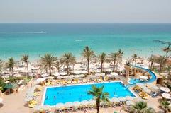 Piscina perto da praia no hotel de luxo Foto de Stock Royalty Free