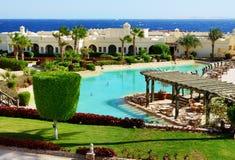 A piscina perto do restaurante exterior no hotel de luxo Imagens de Stock