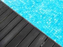 Piscina & piattaforma di legno scura Fotografie Stock Libere da Diritti