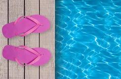 Piscina, plataforma de madeira e sapatas cor-de-rosa da praia fotos de stock royalty free