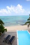 Piscina por la playa Foto de archivo libre de regalías