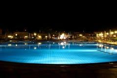 Piscina por noche Foto de archivo libre de regalías