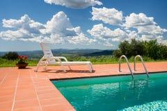 Piscina privada con la hermosa vista del paisaje en Toscana con el cielo azul Fotografía de archivo