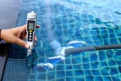 A piscina privada do recurso tem o teste semanal da manutenção da verificação, sal Mete foto de stock royalty free