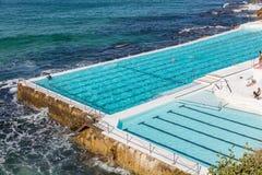 Piscina que negligencia a praia de Bondi em Sydney, NSW, Austrália imagem de stock royalty free
