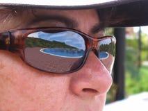 Piscina que refleja en fotos de la gafa de sol-acción Fotografía de archivo