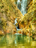 Piscina secreta de la roca en la selva Fotografía de archivo