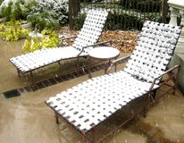 Piscina-silla bajo una nieve. Fotos de archivo libres de regalías